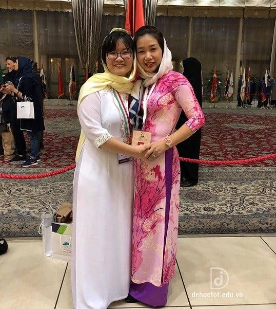 Nguyễn Phương Thảo bên cô giáo hướng dẫn Đỗ Thị Thanh Huyền. Ảnh chụp tại Iran nơi cuộc thi diễn ra.
