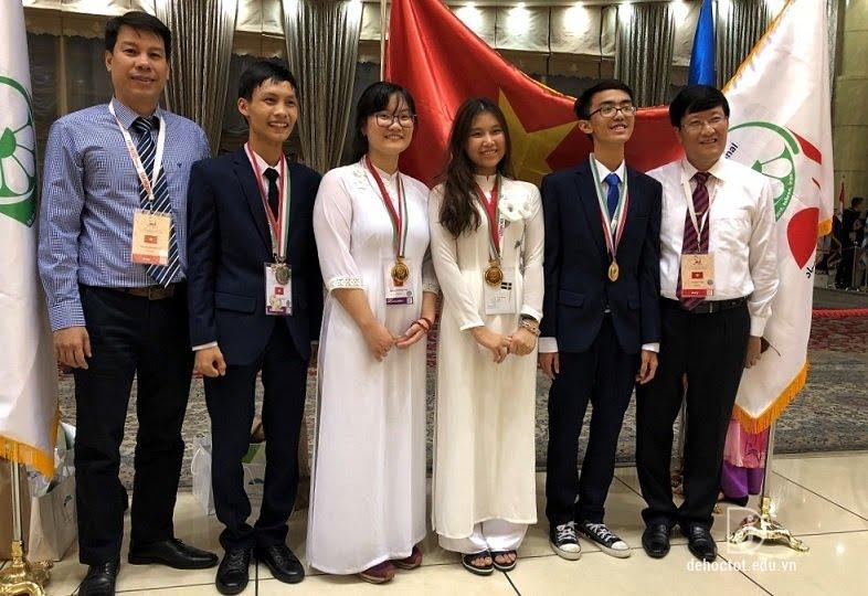 Phương Thảo (thứ 3 từ trái sang) cùng 2 thành viên khác của đội tuyển Việt Nam giành được huy chương Vàng, nam sinh còn lại giành được huy chương Bạc tại kỳ thi Olympic Sinh học quốc tế năm 2018.