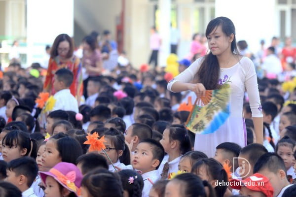 Học sinh đông, những chiếc quạt lớn không đủ sức làm mát khiến cô giáo phải đứng xen giữa quạt tay cho các em.