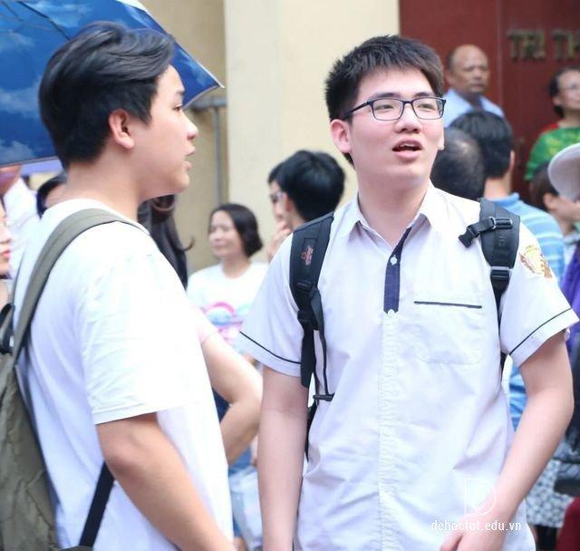Thí sinh sau khi thi vào lớp 10 môn Văn ở Hà Nội